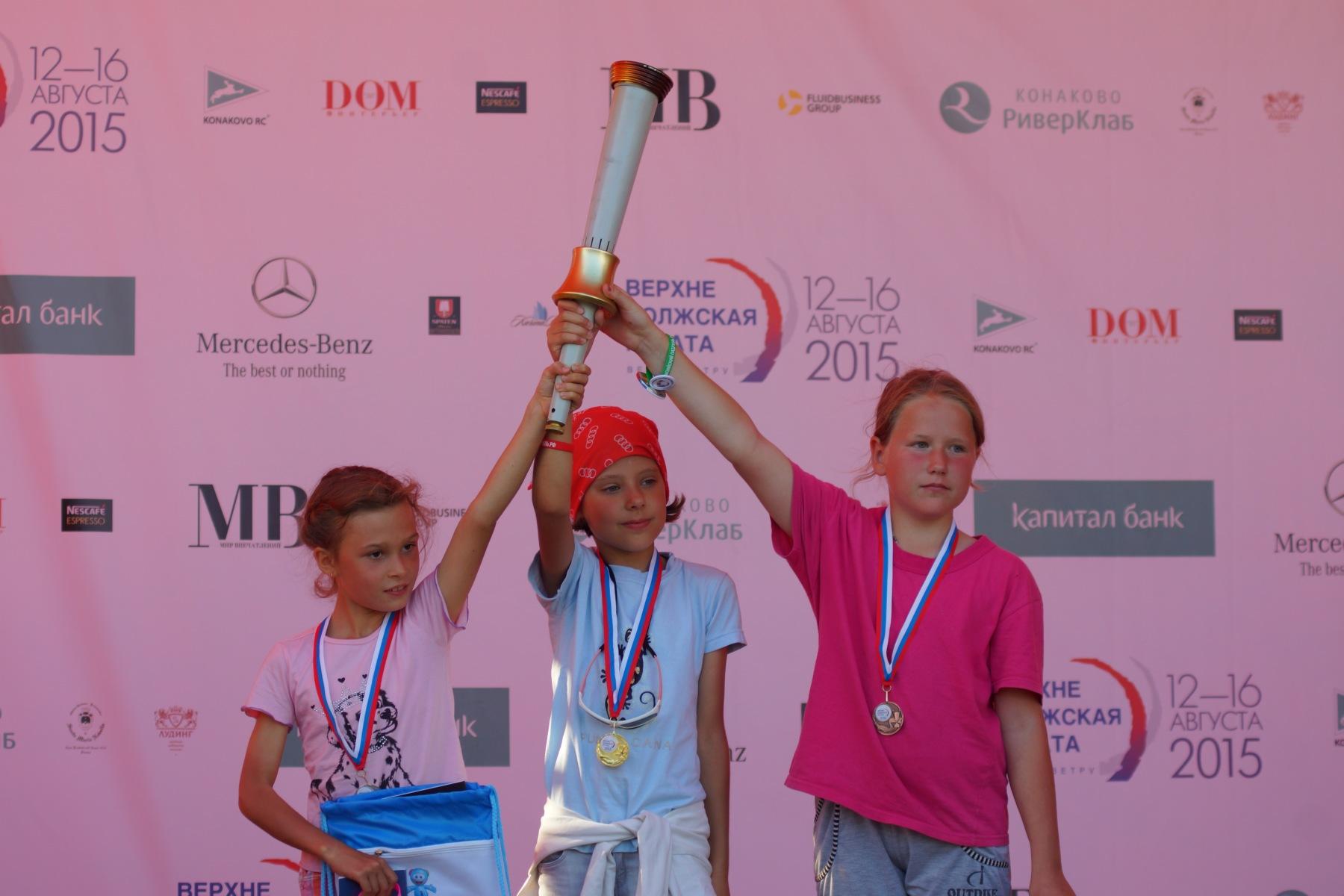 Девочки с факелом на пьедестале