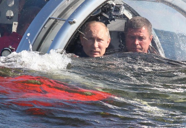 http://mir-vpechatleniy.ru/wp-content/uploads/2015/08/Путин-в-батискафе-круть.jpg