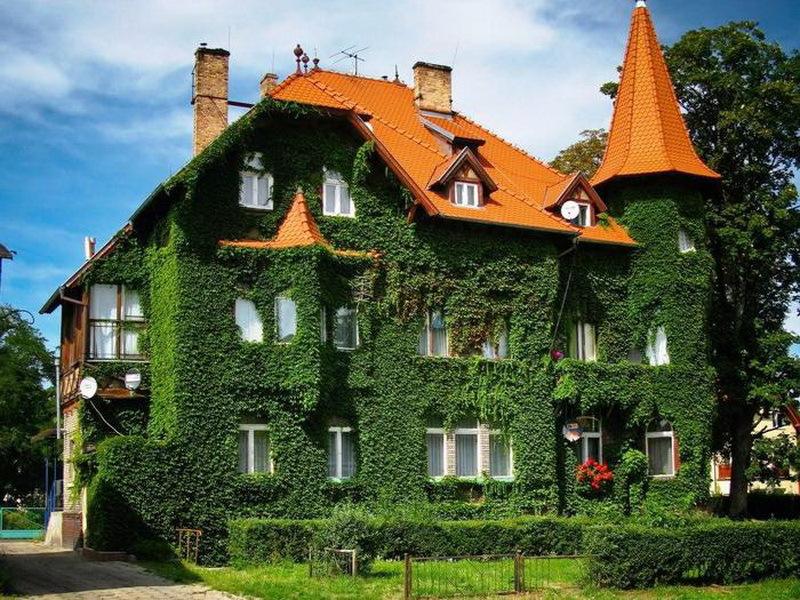 Осень в архитектуре - дом с красной крышей