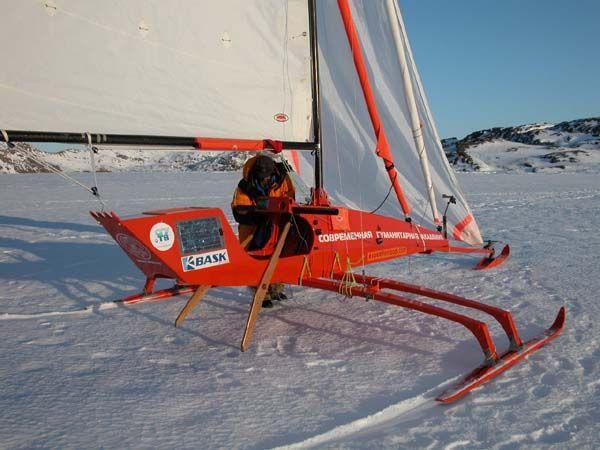 лодка с парусом и лыжами