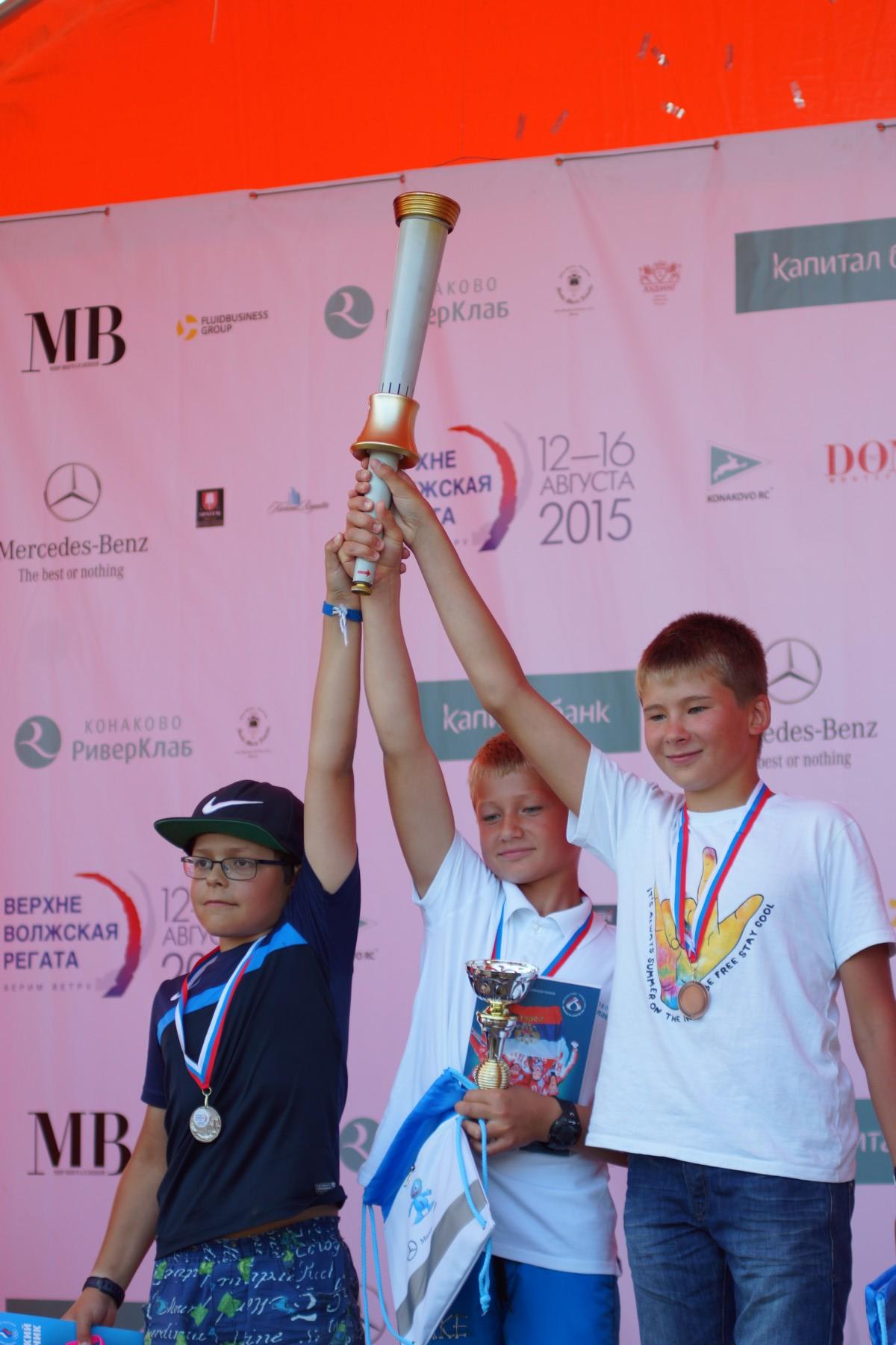 дети с факелом