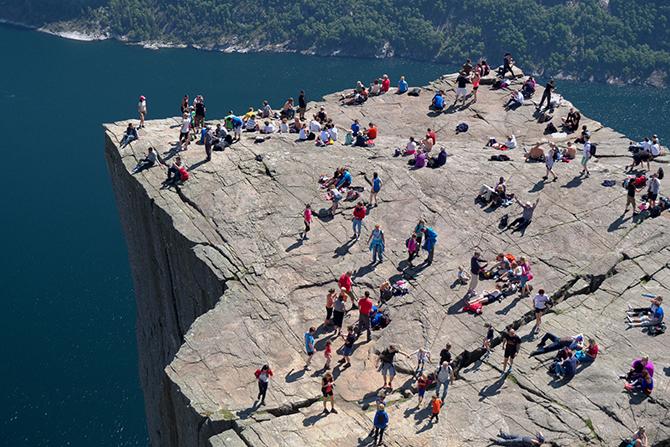 Смотровая площадка расположена на территории Люсе-фьорда в Норвегии на высоте 604 м.