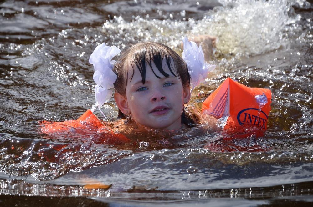сямозеро - девочка  купается