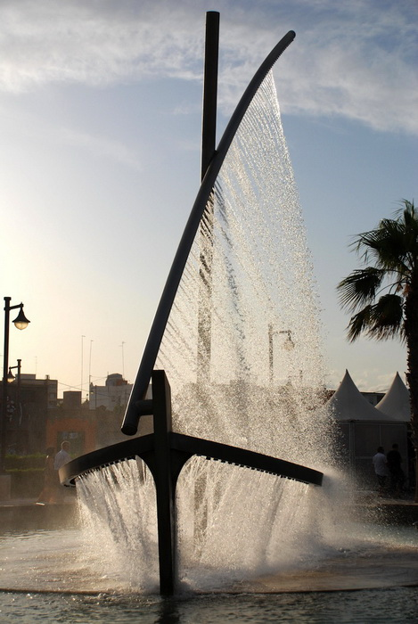 Фонтан-лодка в Валенсии - вертикальный